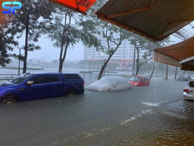 """Mưa lớn kéo dài, Đà Nẵng ngập sâu trong """"biển nước"""" lớn"""